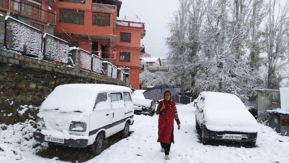 The high hills in Kullu and Lahaul and Spiti districts have been experiencing light snowfall since early Friday, a Met official told IANS. (Anil Dayal / HT Photo)