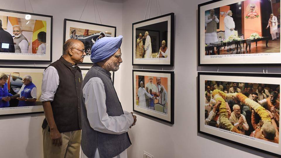 Former Prime Minister Manmohan Singh along with senior journalist Shekhar Gupta seen at a photo exhibition '200 & One' by photojournalist Praveen Jain, in New Delhi. (Atul Yadav / PTI)