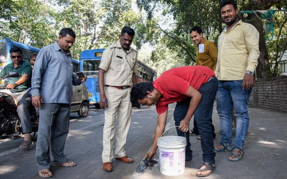 An anti-spitting drive at Mhasoba gate chowk in Shivajinagar  on Monday. The objective behind the punishment is to send across a message to people that when offenders are made to clean their own spit, they will feel ashamed and think twice before spitting on the streets again, said Dnyaneshwar Molak, Pune municipal corporation solid waste management department chief. (SANKET WANKHADE/HT PHOTO)
