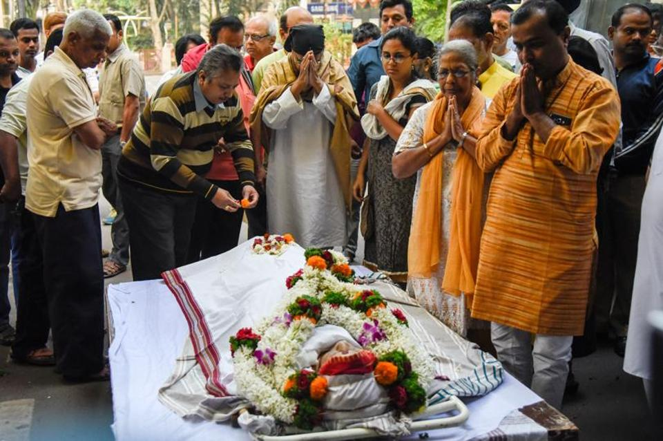 Friends and family members paying their last respects to veteran theatre and Marathi film actor Lalan Sarang at Balgandharva Rang Mandir on Saturday. The actor passed away on Friday at Joshi Hospital in Pune where she was hospitalised for a month for multiple ailments, according to her son Rakesh Sarang. Lalan Sarang was 79 years old. (SANKET WANKHADE/HT PHOTO)