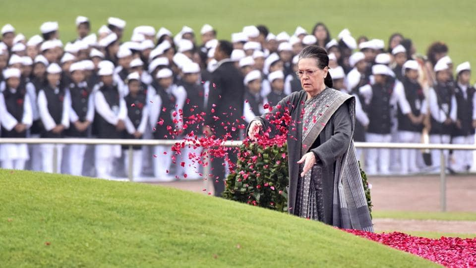 UPA Chairperson Sonia Gandhi pays floral tribute to Pandit Jawaharlal Nehru on his 129th birth anniversary at Shanti Van in New Delhi. (Sonu Mehta / HT Photo)