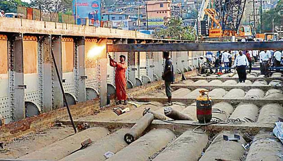 Preparations were underway on Saturday for dismantling of the 104-year-old Patri Pool bridge in Kalyan.