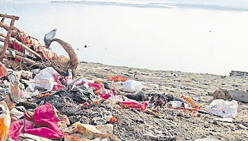 yamuna river,garbage dump,garbage in yamuna river