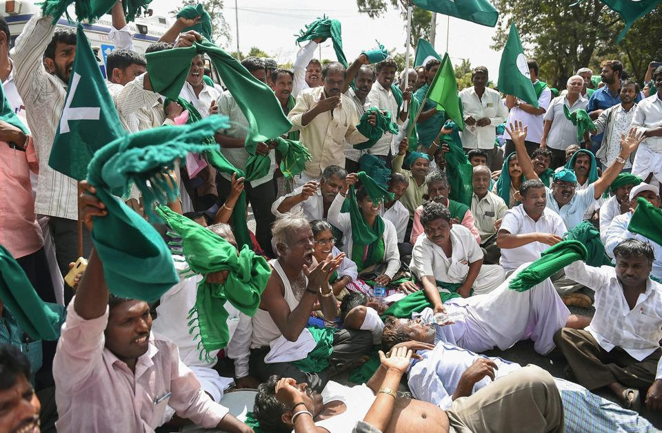 Sugarcane farmers raise slogans against the state government demanding clearance of their pending arrears by sugar factories for the cane supplied and announcement of purchase price for sugarcane for the current season, in Bengaluru. (Shailendra Bhojak / PTI)