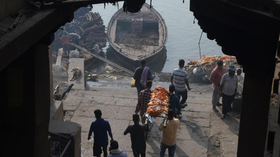 A body is carried to be cremated at Manikarnika Ghat. To reduce the volume used, as well as air and water pollution, authorities have tried to push the use of alternative burning materials such as cow-dung. But without much success. (Dominique Faget / AFP)