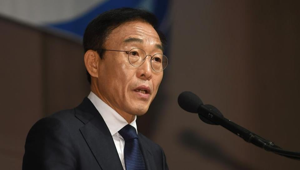 Samsung Electronics co-president Kim Ki-nam speaks as he makes a formal apology for victims of work-related diseases of its semiconductor and LCD factories in Seoul.