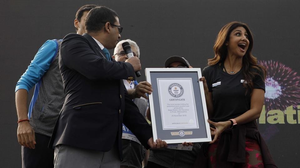 Shilpa Shetty Kundra  receiving the Guinness world record from the officials for the most number of people holding the abdominal plank position simultaneously for one minute on behalf of Bajaj alliance life insurance for the Bajaj life Plankton at AFMC ground Wanowrie in Pune, on November 25. (Rahul Raut/HT PHOTO)