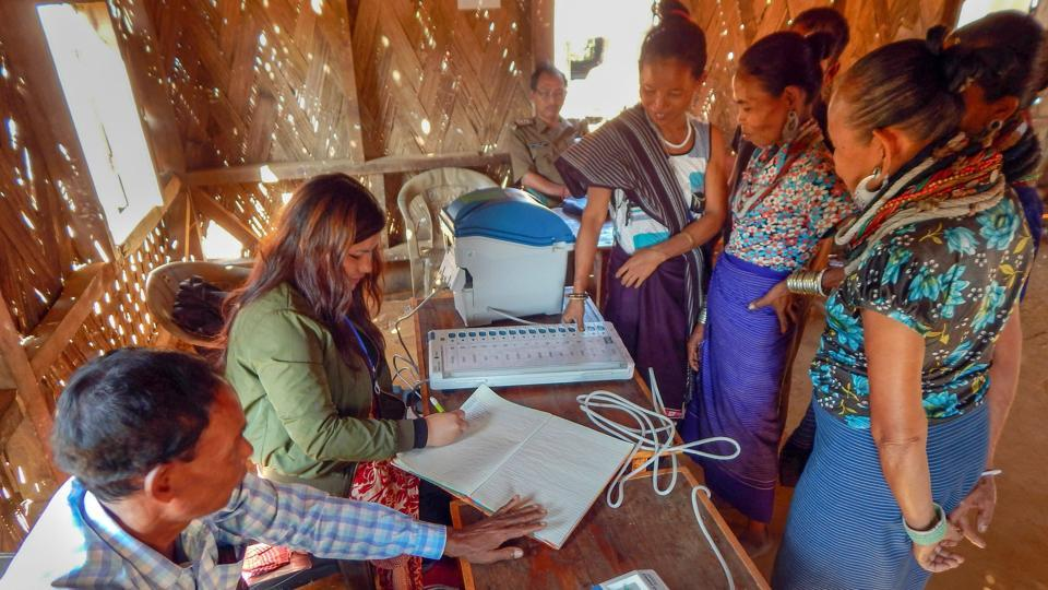 Electoral officials demonstrate how to use an Electronic Voting Machine (EVM) at Kasko Reang refugee camp, in Panisagar sub-division, Nov. 25, 2018.
