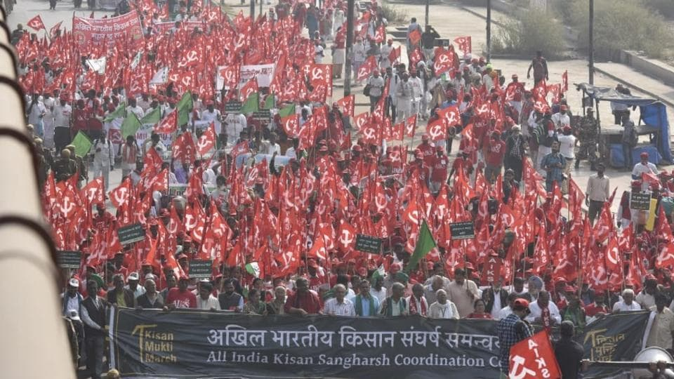 """Thousands of farmers from across the country started marching towards Delhi's Ramlila Maidan on Thursday to participate in a two-day """"Kisan Mukti March"""" to press for their demands, including debt relief and remunerative prices for their produce, a week after their counterparts staged a similar protest in Mumbai. (Sanjeev Verma / HT Photo)"""