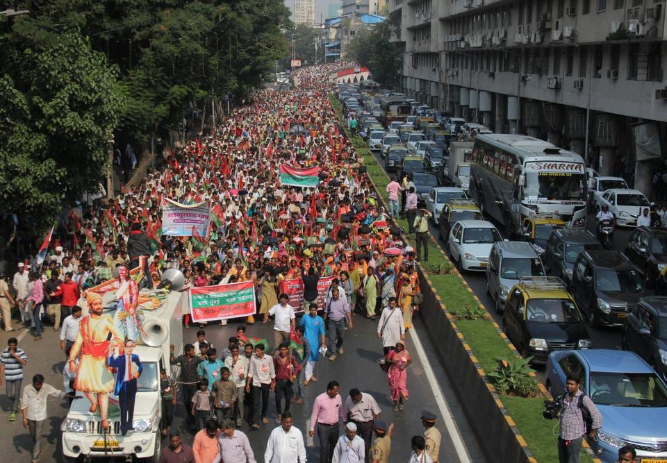 Farmers march towards Azad Maidan from Lalbaug area, demanding better compensation for drought and transfer of Forest rights to tribal's in Mumbai.