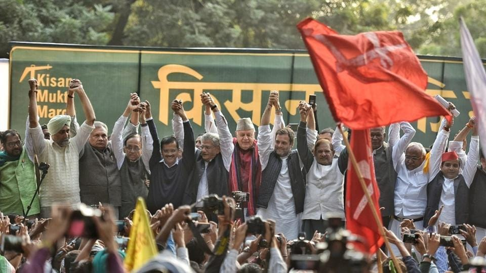 Prominent leaders from different parties including Sharad Pawar, Dinesh Trivedi, Farooq Abdullah, Arvind Kejriwal, Rahul Gandhi and Sitaram Yechury have gathered in support of the farmers at Jantar Mantar. (Sanchit Khanna / HT Photo)