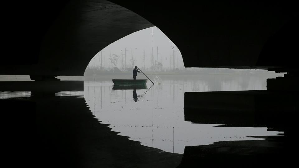 A man rows a boat on a foggy day after the orange alert for fog was issued in Lianyungang, Jiangsu province, China. (Stringer / REUTERS)