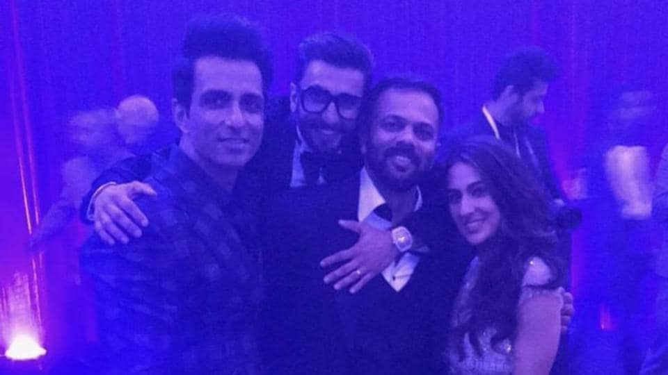 Ranveer posed with the team of his upcoming film Simmba: Sonu Sood, Rohit Shetty and Sara Ali Khan.