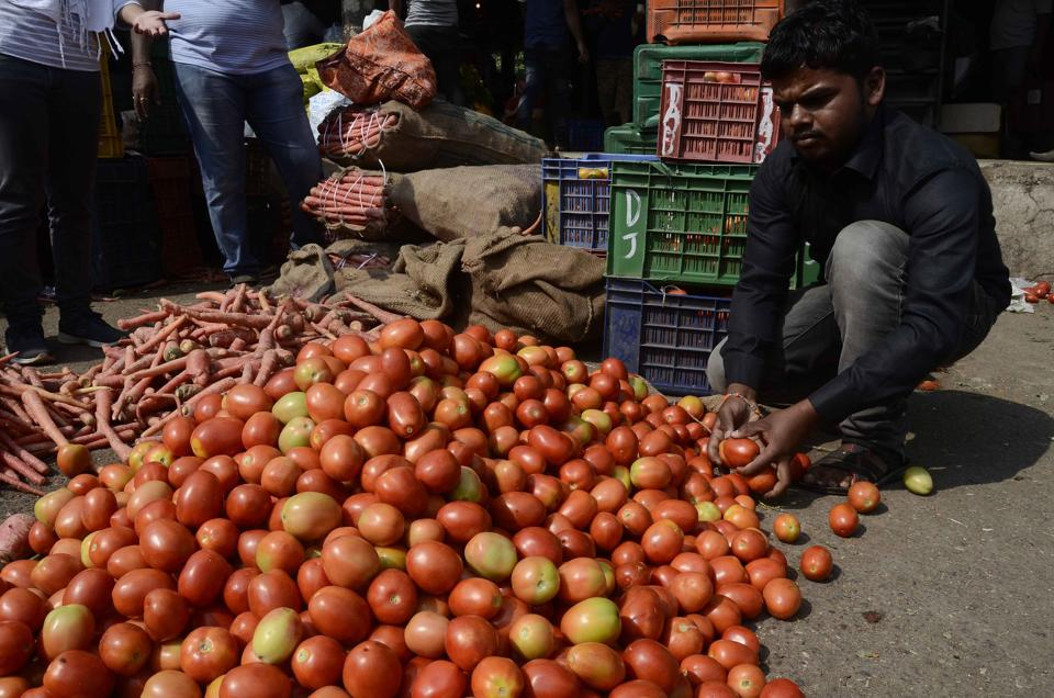 The prices of tomatoes increased after long timefrom ₹ 30 to ₹ 60 per 10 kilogramme last week to ₹ 80 to ₹100 per 10 kilogrammes.