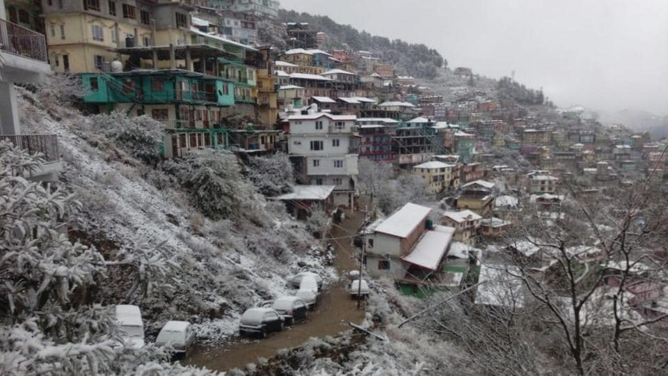 A canopy of white over Shimla town after the first snowfall of the season in the popular tourist spot in Himachal Pradesh. Rohtang Pass was closed for traffic following heavy snowfall, an official said. There is further prediction of snowfall in the higher reaches along with rain in the lower hills over the next two days. (HT Photo)