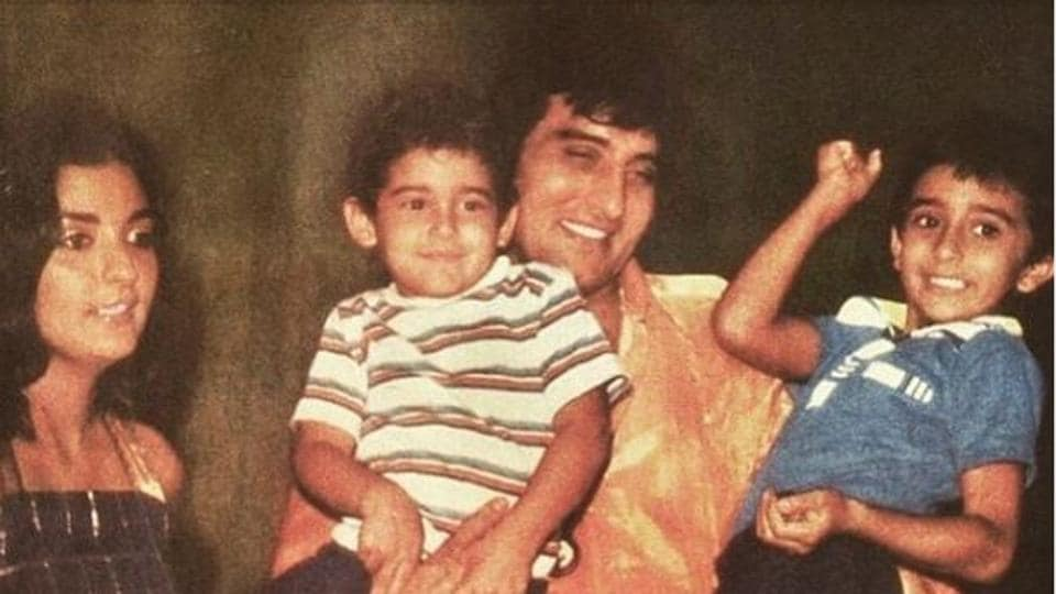 Vinod Khanna with wife Geetanjali and their sons Akshaye and Rahul in an old family picture.