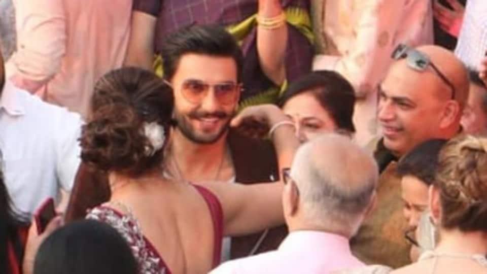 Ranveer Singh gatecrashes wedding, blesses the bride