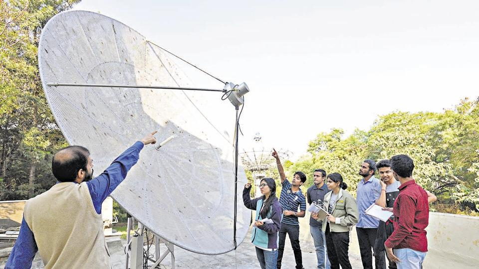 Students of winter school learning about the four metre radio telescope at National Centre for Radio Astrophysics.