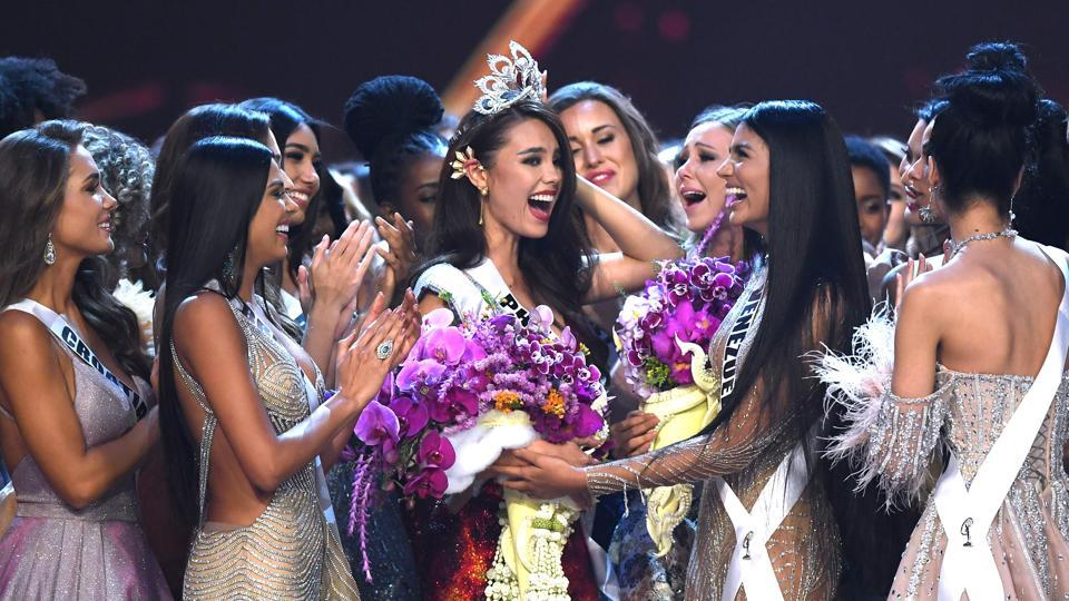 Catriona Gray of the Philippines (C) is congratulated by contestants after winning the Miss Universe 2018 in Bangkok, Thailand. (Lilian Suwanrumpha / AFP)