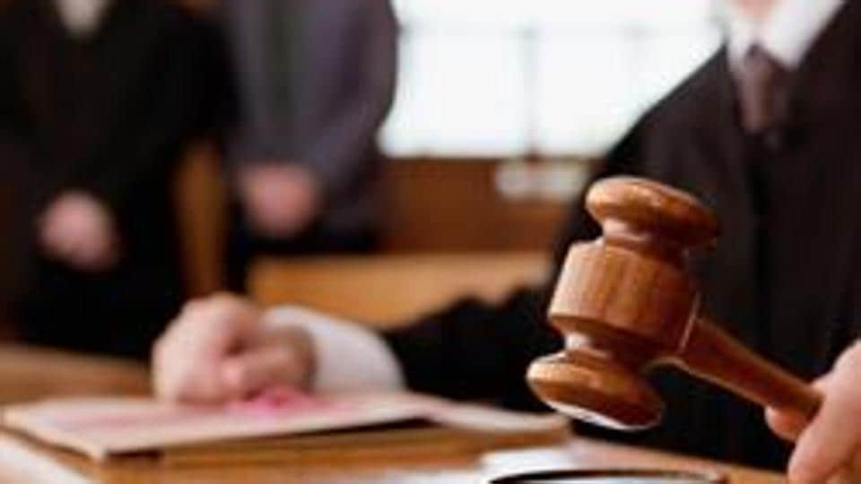 dipesh parate,lawyer beats judge,Nagpur