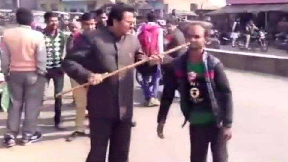 bjp-leader-thrashes-disabled-man-for-supporting-akhilesh-yadav/