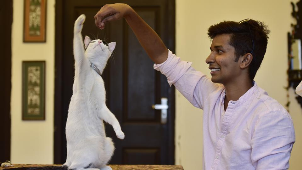 Aaron d'Silva, an animal communicator with a cat at Sector 45, in Noida, Uttar Pradesh. (Virendra Singh Gosain / HT Photo)