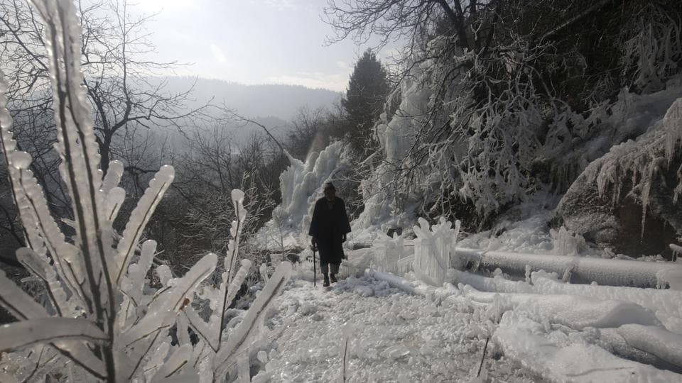 Kashmir is currently under the grip of 'Chillai-Kalan' – the 40-day harshest period of winter when the chances of snowfall are maximum and the temperature drops to its lowest. Srinagar experienced the coldest December night in nearly three decades with a low of minus 7.2 degree Celsius early Saturday. (Waseem Andrabi / HT Photo)