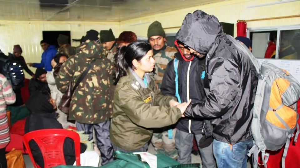 indian-army-rescues-2500-tourists-after-heavy-snowfall-in-sikkim/