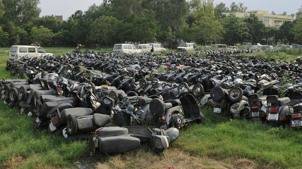 A survey by IIT-Delhi has found  2,099 vehicles abandoned along road sides in Delhi. This number does not include the seized vehicles lying outside police stations.