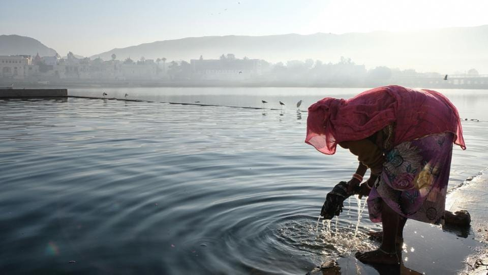 A woman washes her clothes in Pushkar Lake in the western state of Rajasthan. (Noemi Cassanelli / AFP)