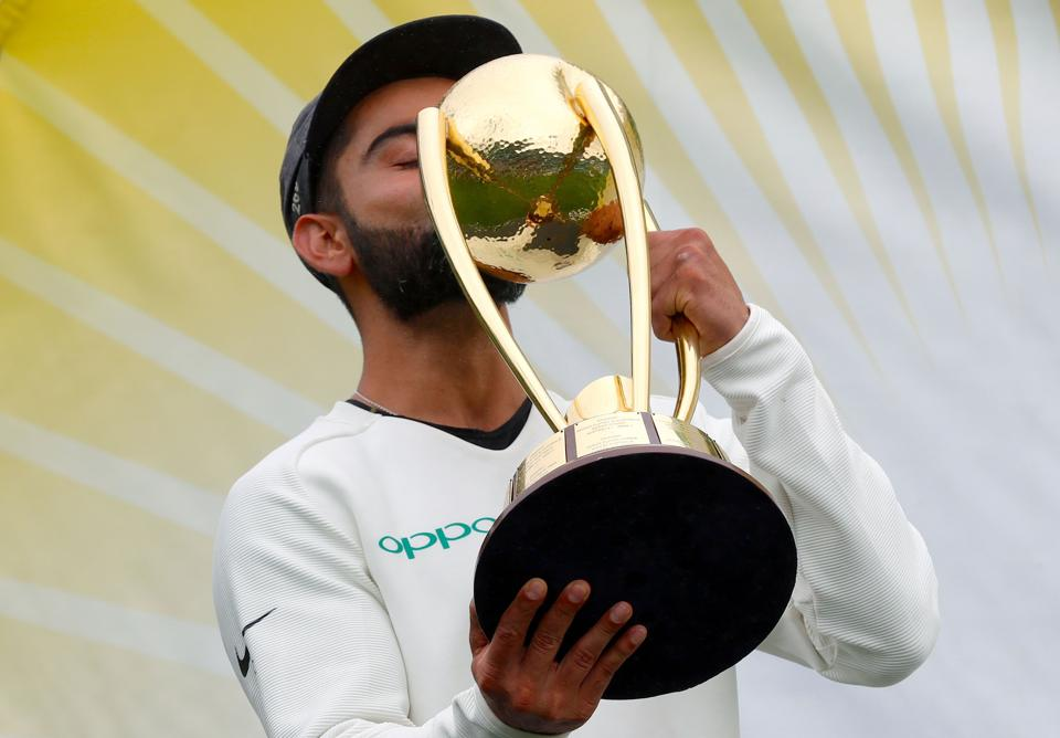 India's captain Virat Kohli kisses the Border-Gavaskar Trophy after winning the Test series between India and Australia at the Sydney Cricket Ground on January 7, 2019. (Photo by DAVID GRAY / AFP) / -- IMAGE RESTRICTED TO EDITORIAL USE - STRICTLY NO COMMERCIAL USE -- (AFP)
