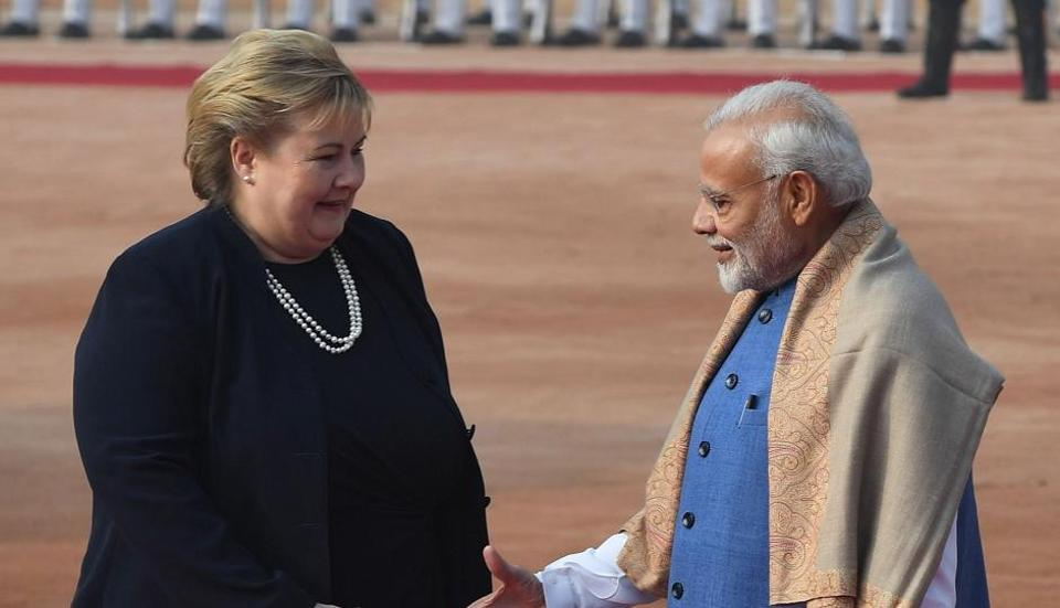Indian Prime Minister Narendra Modi (R) shakes hands with Norway's Prime Minister Erna Solberg during a ceremonial reception at the Presidential Palace in New Delhi on January 8, 2019. - Solberg is on a three-day state visit to India until January 9. (Photo by Prakash SINGH / AFP)