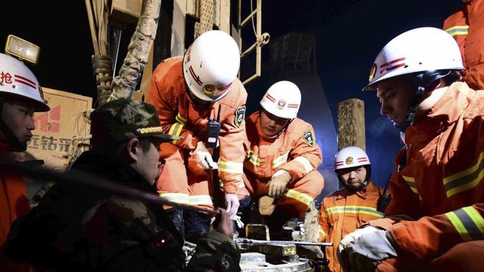 The death toll in a coal mine roof collapse in northern China has risen to 21 after rescuers found two more miners dead on Sunday, state media reported.