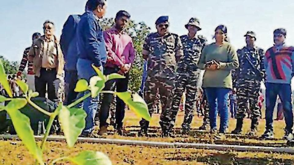 CRPF of Singhbhum fighting Maoists also educates farmers agriculture techniques