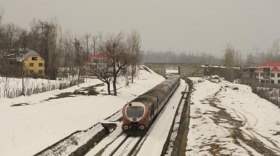 In Kashmir, the weather office has forecast another spell of snow from January 19 to 23. The MeT department has asked people to plan their travel accordingly. The divisional commissioner office has also issued a fresh avalanche warning for nine avalanche prone districts of the division including Anantnag, Kulgam, Budgam, Baramulla, Kupwara, Bandipora, Ganderbal, Kargil and Leh districts. (Waseem Andrabi / HT Photo)