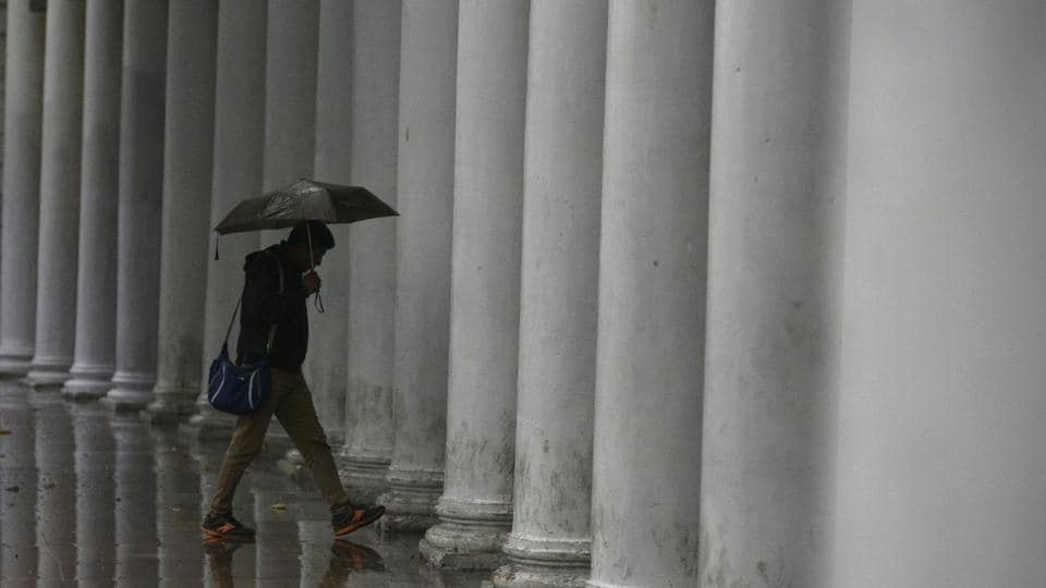 The MeT Centre in Uttar Pradesh's Lucknow has also forecast rain and thundershowers with gusty winds as very likely on Tuesday over Hardoi, Bahraich, Lakhimpur Kheri, Sitapur, Meerut, Hapur, Shamli, Baghpat, Muzaffarnagar, Gautam Buddh Nagar, Ghaziabad and adjoining areas. (Biplov Bhuyan / HT Photo)