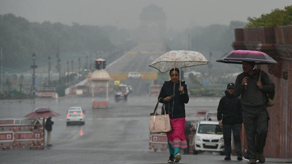An early morning scene at Vijay Chowk in central Delhi. The minimum temperature recorded was at 11.5 degrees Celsius, four notches more than the season's average. On the other hand, the maximum temperature was at 22.6 degrees Celsius, which was a notch more than the season's average. (Arvind Yadav / HT Photo)
