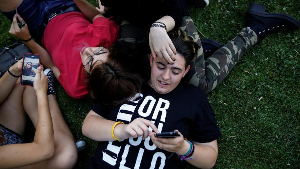 """Gabriel Diaz de Tudanca, 17, hangs out with some trans friends at a park in Madrid, Spain on August 3, 2016. """"My friends, both cisgender (people whose gender identity matches the sex they were assigned at birth) and trans are really important to me. They helped me overcome my fears of coming out to my parents,"""" Diaz de Tudanca said. (Susana Vera / REUTERS)"""