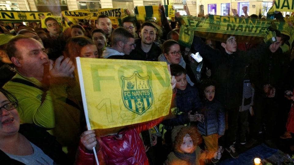 Hundreds of Nantes fans gather in support of missing Emiliano Sala | football