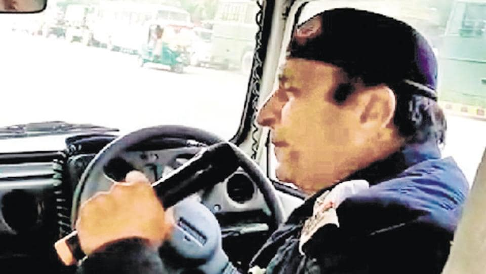ASI Vikas Kumar of Delhi traffic police belts out patriotic songs to get motorists to follow traffic rules.