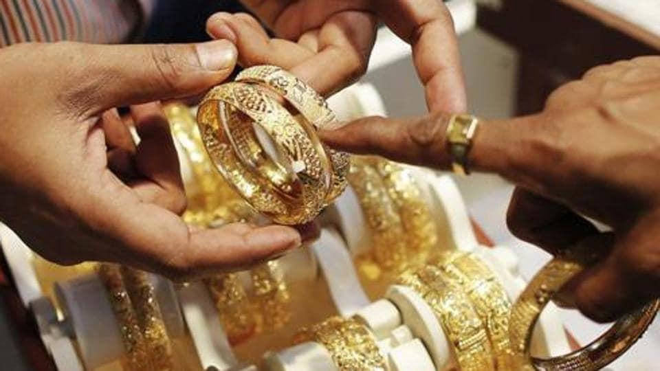 Elderly couple,robbery,gold