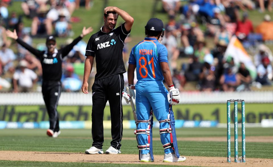 New Zealand's Colin de Grandhomme (C) reacts next to India's batsman Kedar Jadhav (R) during the fourth one-day international cricket match between New Zealand and India at Seddon Park in Hamilton. (AFP)