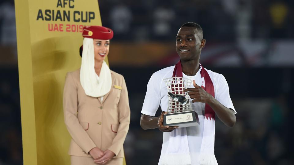 Qatar's forward Almoez Ali poses with the Top Goalscorer award.