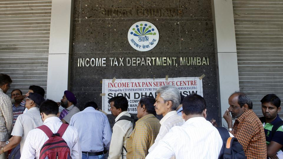 People stand in queue to file their IT returns on last day of financial year outside Income Tax office at BKC, Bandra in Mumbai, India, on Tuesday, March 31, 2015.