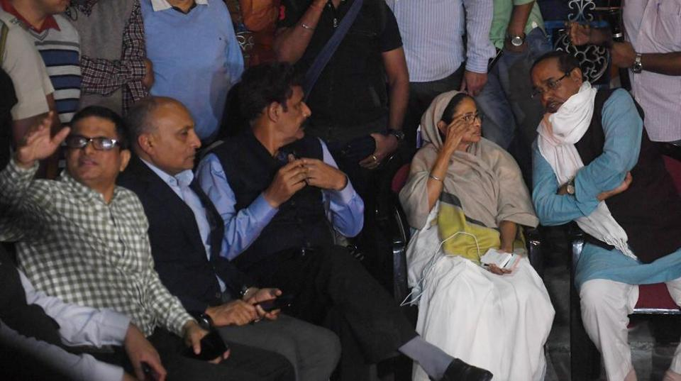 Police coimmissioner Rajeev Kumar(extreme left) with Chief Mnister Mamata Banerjee at dharna in front of Metro station at Esplanade on Sunday night.