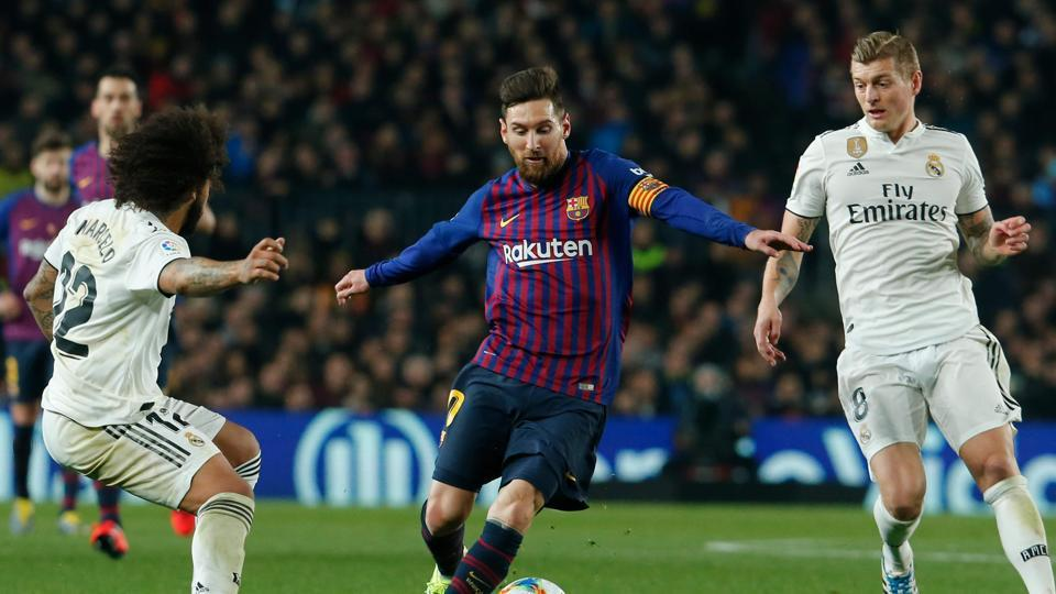 Barcelona's Argentinian forward Lionel Messi (C) vies for the ball with Real Madrid's Brazilian defender Marcelo (L) and Real Madrid's German midfielder Toni Kroos.