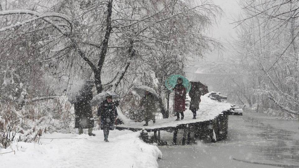All flights, including those of GoAir and Indigo, were suspended today at Srinagar airport due to poor visibility and heavy snowfall. All flights of GoAir and IndiGo, two of SpiceJet, one of AirAsia and a chartered flight of the Indian Army were cancelled after the heavy snowfall. (Waseem Andrabi / HT Photo)