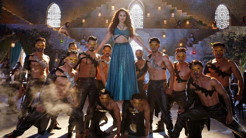Sonakshi Sinha in the song Mungda from Total Dhamaal.