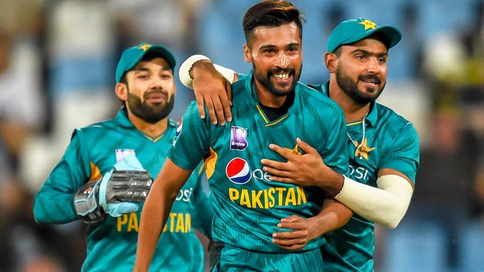 Hussain Talat (R) celebrates with Mohammad Amir (C) after taking the wicket of South Africa's Heinrich Klaasen.