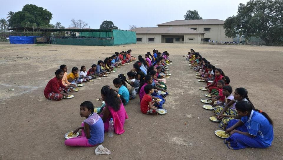 School children in Nareshwadi have their meals in the school playground. Of late, residents in Maharashtra's Palghar district have been keeping away from their homes. Parents don't let children go to school, and if they do, accompany them to and fro. These, residents say, are safety measures against tremors they've been subjected to for the past three months. (Anshuman Poyrekar / HT Photo)